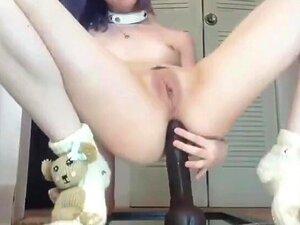 Novinha com dildo gigante