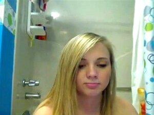 A adolescente loira fica nua no banho