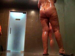 Mulheres nuas tomam banho no chuveiro 738