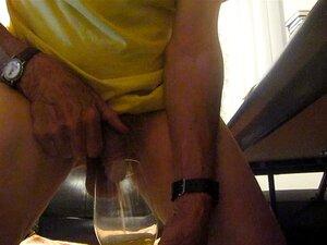 Mijando em um copo de vinho!