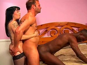 Trio bissexual strapon interracial