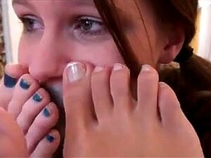 2 princesas jovens usam escrava de pés Lésbicas