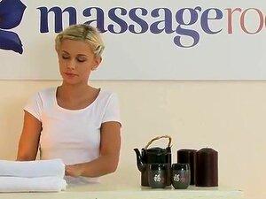 A loura Lola faz uma massagem profissional a uma