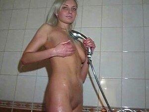 Emma da Eslováquia está posando nua no banho