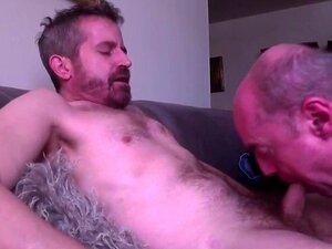 O sacana mais velho engole a carga do gay gemido