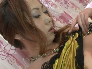 Chestnut Japaneese Arisa Suzuha toys her pussy