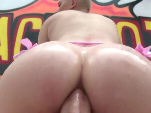 Perfect model shows off enormous booty and gets