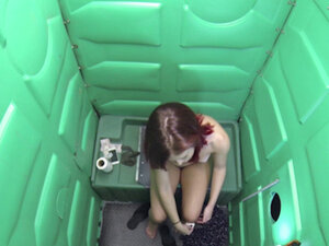 Chick enters gloryhole and finds cocks to suck in