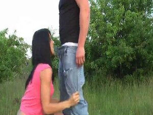 jeune couple dans la nature