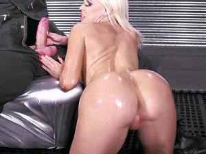 Big-butt bitch Nikki Delano sucks Danny's shlong -