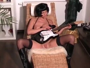 Guitar hero amateur in the nude, Raunchy amateur