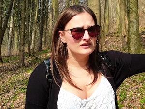 Studentin Holly Outdoor nach der Uni im Wald