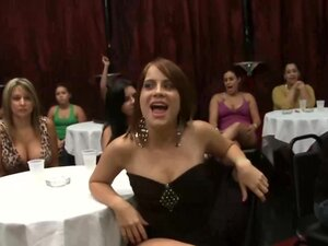 CFNM nympho amateurs go down on stripper