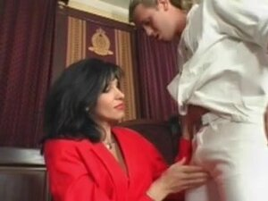 Skinny mature babe gets her cunt ravaged by