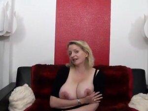 Carola, une couguar aux gros seins reçoit deux