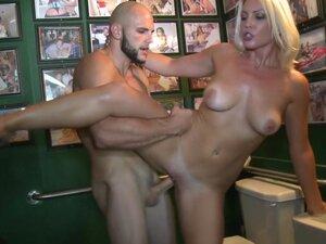 Amateur girl get fucked in toilet