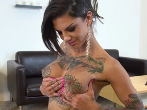 On her live cam show Bonnie Rotton shows off her