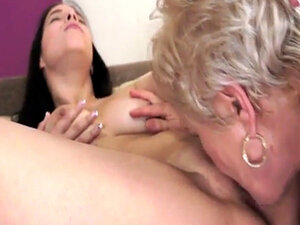 Mature eating babes pussy and makes her cum
