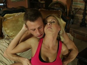 Young fitness trainer turns on slutty milf Brooke